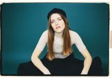 Menke släpper singel på engelska och gästar Weeping Willows