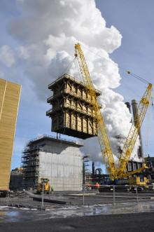Lyckad resning av 21 meter högt släcktorn i trä hos SSAB i Luleå
