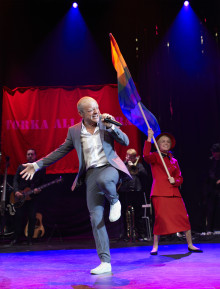 JONAS GARDELL SKÄNKER ÖVERSKOTTET FRÅN MITT ENDA LIV-FINALEN PÅ  ERICSON GLOBE TILL KAMPEN MOT EBOLA OCH AIDS