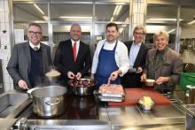 Mitarbeiter der Stadtsparkasse München kochen mit Sternekoch Martin Fauster vom Hotel Königshof gegen Krebs