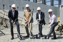 Sten Nordin tar första spadtaget för nya bostäder på Östermalm