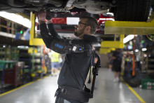 A Ford világszerte bevezető szerepet tölt be a testen viselhető külső váz, az Eksoskeleton technológia alkalmazásában, ami csökkenti a dolgozók kifáradását és a sérülésveszélyt