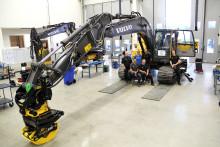 100:e maskinen har rullat ut från Swecons utrustningsverkstad i Eskilstuna