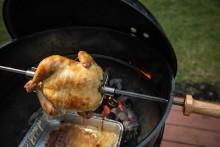 Saltlake-marinert kylling grillet på rotisseri