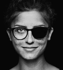 Smörjer du solkräm runt ögonen? Använd ett par glasögon istället!