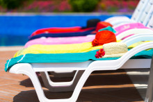 Reserverte solsenger og skrikende barn irriterer oss mest på hotell i utlandet.