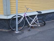 Övergivna och trasiga cyklar städas bort från centrala Umeå