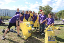 Lokala skolungdomar städar Sjöstaden