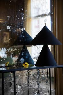 Lekfull lampserie där koniska former möter funktion