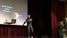 Tobias Karlsson föreläser för skolungdomar i Sölvesborg