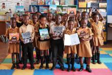 Skolebarn får bøker Canon har produsert for organisasjonen Room to Read