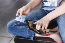 Tenk deg om før du låner bort bankkortet til barna