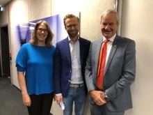 Utviklingsminister Nikolai Astrup er med når Norwegian og UNICEF flyr nødhjelp til Tsjad