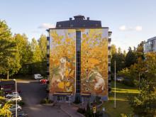 Mikkeliin valmistui odotettu ensimmäinen muraali – utelias kärppäkaksikko hurmaa kaupunkilaisia Vesitorninkadulla