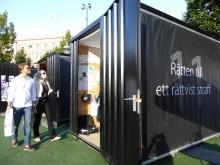 Den första september invigs Stockholmskolors kuber för mänskliga rättigheter i Kungsträdgården