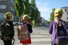 Aikuisen esimerkki opettaa lasta liikennekäyttäytymisessä