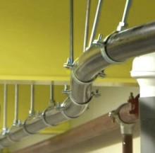 Hur förebygger man skador på rörinstallationer som orsakas av termisk expansion ?
