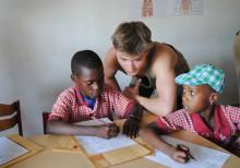 High-street shopping og museumsbesøg skiftet ud med undervisning af afrikanske børn