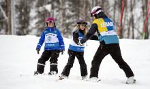 Över 660 barn bjuds på en dag med skidåkning i Flottsbrobacken