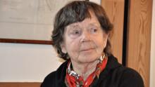 Hon är 90 år och volontär - vill känna sig behövd
