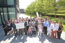 Glückliche Gesichter bei Santander - Bank spendet 110 000 Euro an wohltätige Organisationen