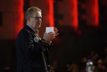 Poul Nyrup Rasmussen modtager Peter Sabroe Klubbens hæderspris