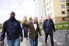 Växthus, trähus och gemenskap mötte bostadsministern vid besök på Nordanby Äng i Västerås