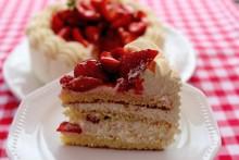 Årets konditorfinalist, Lina Olsén bakar sockerfri midsommartårta!