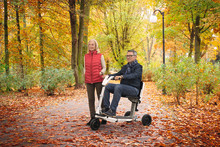 Keine Spur von Herbstblues: Mit dem Elektromobil ATTO durch den Herbst
