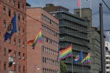 "Oslo Pride: Statsminister Erna Solberg, Oslos Ordfører Marianne Borgen  og varaordfører ""Kamzy"" deltar under regnbuen"
