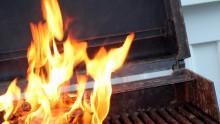 Slik slukker du brann i grillen