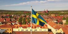 Fanutdelning och kommunhälsningar när Länsstyrelsen livesänder nationaldagsfirande från residenset i Falun