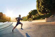Garmin® samarbetar med RUNSAFE för att studera hälsa vid löpning Internationell forskningsstudie för att förebygga skador relaterade till löpning