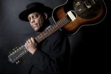 Eric Bibb blickar tillbaka och bjuder på ikoniska blueslåtar