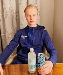 Hockeystjärnan Elias Pettersson blir ny Vitamin Well-ambassadör