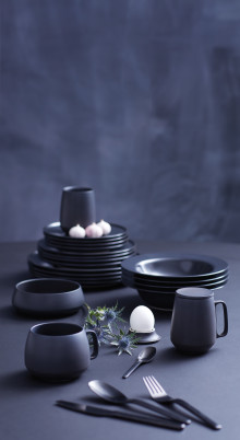 Prisvindende spisestel i sort stentøj