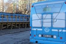 """Bussar i förklädnad. Nu rullar """"Saltsjöbanan"""" mellan Henriksdal och Slussen."""