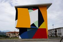 Abstrakteja muotoja ja väreillä leikittelyä – italialainen taiteilija Moneyless maalaa muraalin Espooseen