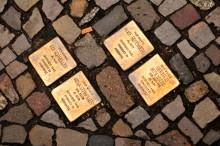 L: Säg ja till snubbelstenar i Stockholm – minns nazismens offer