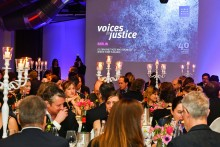 Mehr als 200 Gäste setzen sich im Berliner Ellington Hotel für Menschenrechte ein