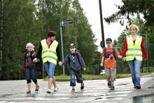 Lapsen saattaminen kouluun lisää turvallisuutta liikenteessä
