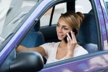 6 av 10 bruker håndholdt mobil i bilen