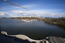 Försäljningspriset på bostadsrätter i landets tre största städer har under årets första elva månader stigit mer än utropspriset