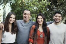 Özz Nûjen och fyra familjer möts i världens utmaning