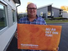 Peter ger sin del av Kundmiljonen till Parasportföreningen i Piteå