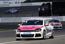 Mikaela Åhlin-Kottulinsky på pallen i Volkswagen Scirocco R-Cup