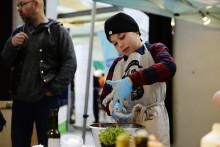 Elliot, 10 år, är Sveriges yngsta korvmakare