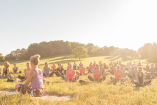 120 Yoginis grüßen die Sonne