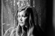 Hyllad svensk debutant samarbetar med Alva Noto