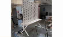 Pressinbjudan: Första mötesbänken med plexiglas mellan äldre och anhöriga är på plats på Gustavsborgs äldreboende
